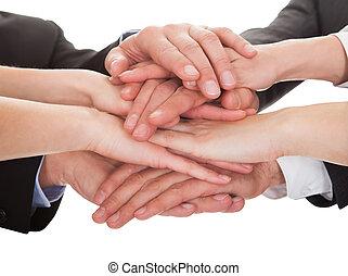 businesspeople, empilhando, seu, mãos