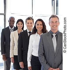 businesspeople, från, olik, kulturer, betrakta kamera