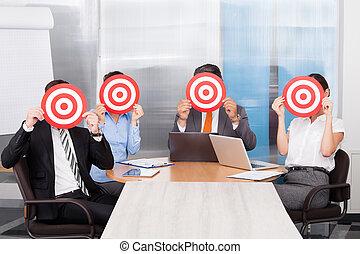 businesspeople, holdingen, pilkastningstavla