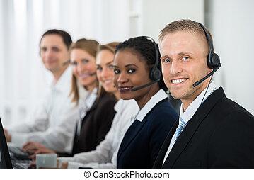 businesspeople, lavorativo, in, centro chiamata