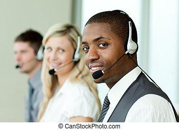businesspeople, mit, kopfhörer, lächeln, an, der, fotoapperat