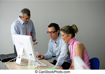 businesspeople, munka on, egy, terv, együtt