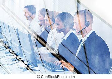 businesspeople, pracujący, w, nazywać środek