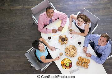 businesspeople, quatro, sala reuniões, tabela, pequeno almoço, sorrindo