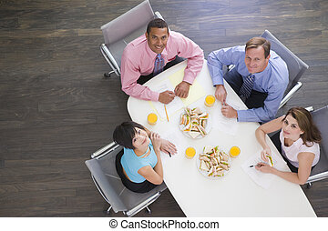 businesspeople, quatro, sanduíches, sala reuniões, tabela, sorrindo