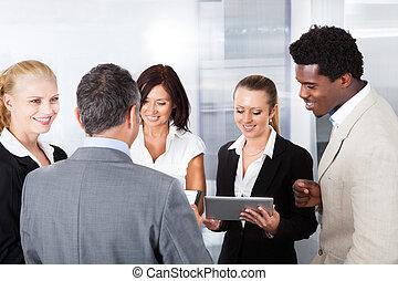 businesspeople, regarder, tablette numérique