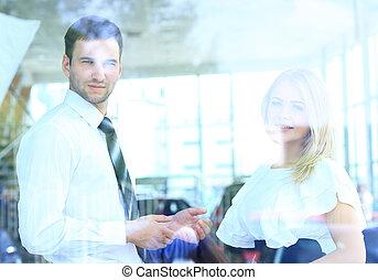 businesspeople, ufficio., giovane, due, allegro, parlare, finestra, attraverso, sorridente, vista