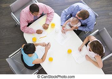 businesspeople, une, quatre, salle réunion, tenant bébé