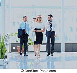 businesspeople walking in the corrido.