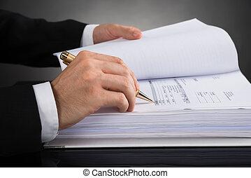 businessperson, calculando, fatura