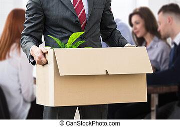 businessperson, segurando, pertences, em, caixa papelão