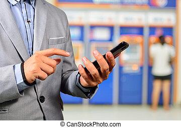 businesssman, használ, mozgatható, bankügylet, alkalmazás, képben látható, smartphone