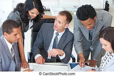 businessteam, arbeitend zusammen, in, a, geschäftsplan