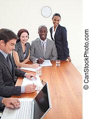 businessteam, arbeitend zusammen, in, a, versammlung
