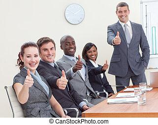businessteam, con, pulgares arriba, después, un, presentación