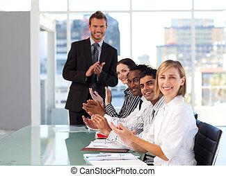 businessteam, handgeklap, aan het eind van, een, presentatie