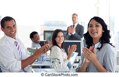 businessteam, klatschende , a, kollege, nach, a, darstellung