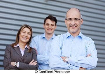 businessteam, mit, verschränkte arme, gegen, verschluß