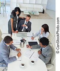 businessteam, sobre, hablar, proyecto, reunión