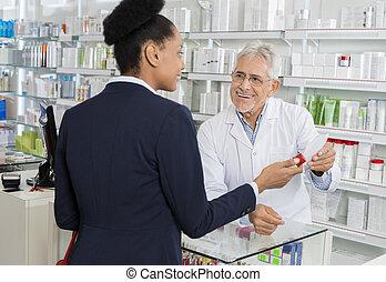 businesswoma, recepta, patrząc, znowu, papier, dzierżawa, aptekarz