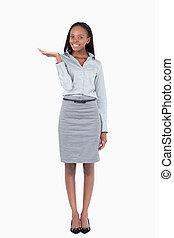 businesswoman, 微笑, 显示, 某样东西, 肖像