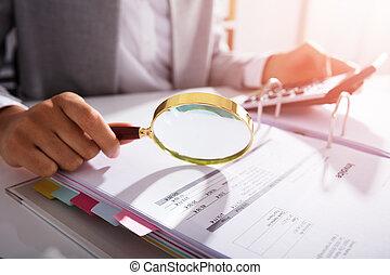 businesswoman, analyzing, factuur