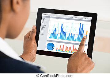 businesswoman, analyzing, grafiek