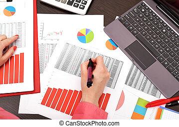 businesswoman, analyzing, investering, diagrammen