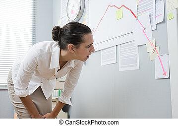 businesswoman, analyzing, negatief, zakelijk, tabel