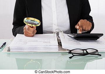 businesswoman, analyzing, rekeningen