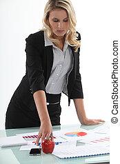 businesswoman, analyzing, statistiek
