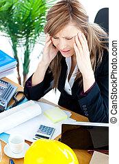 businesswoman, beklemtoonde, hebben, hoofdpijn