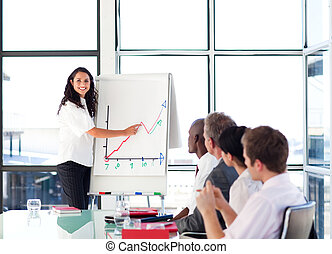 businesswoman, brunette, figuren, omzet, berichtgeving