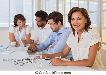 businesswoman, collega's, vergadering, het glimlachen, kantoor