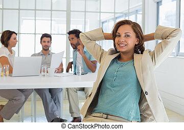 businesswoman, collega's, vergadering, ontspannen, kantoor