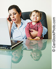 businesswoman, dochter, vasthoudende telefoon