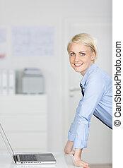 businesswoman, draagbare computer, smart, het glimlachen, kantoor