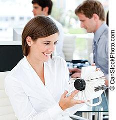 businesswoman, gevarieerd, vasthouden, kaarten, het glimlachen, witte