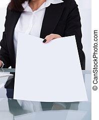 businesswoman, geven, papieren