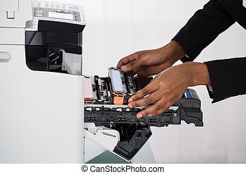 businesswoman, hand, repareren, photocopy machine