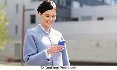 businesswoman, het glimlachen, smartphone, texting