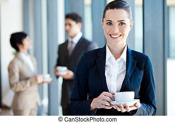 businesswoman, het hebben van koffie, breken