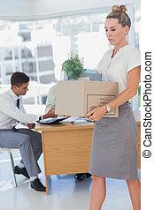 businesswoman, het houden een doos, en, zijn, collega's, in,...
