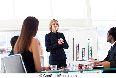 businesswoman, het spreken, om te, haar, team