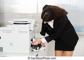 businesswoman, het verwijderen, papier, stuck, in, printer, op, kantoor