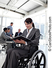 businesswoman, in, een, wheelchair, lezende , een, rapport
