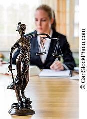 businesswoman, in, kantoor