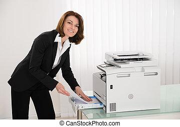 businesswoman, invoegen, papieren, in, photocopy machine