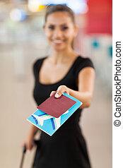 businesswoman, jonge, lucht, het voorstellen, paspoort, ticket