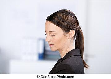 businesswoman, kijken beneden, in, kantoor